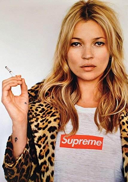L'attrice Kate Moss fotografata mentre indossa una maglietta del brand Supreme