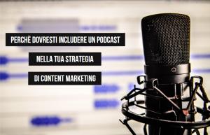 microfono per podcast su sfondo sfocato e scritta laterale