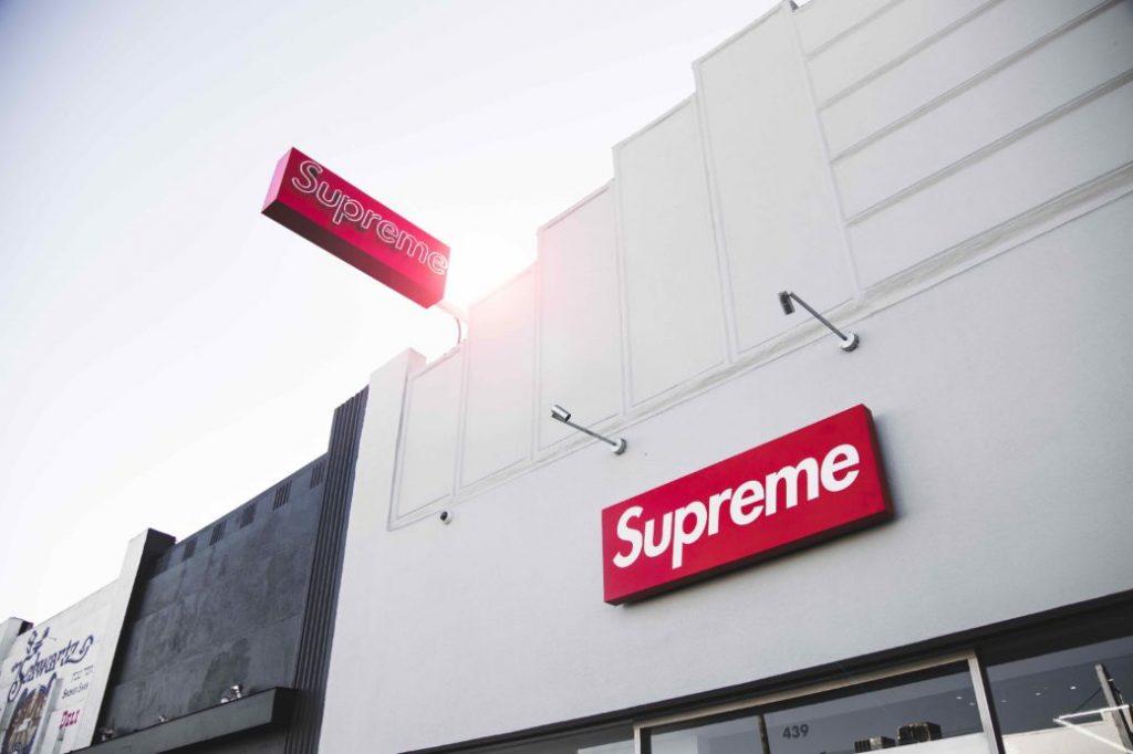 insegna supreme su uno store. I dettagli della sua acquisizione da parte di VF Corporation