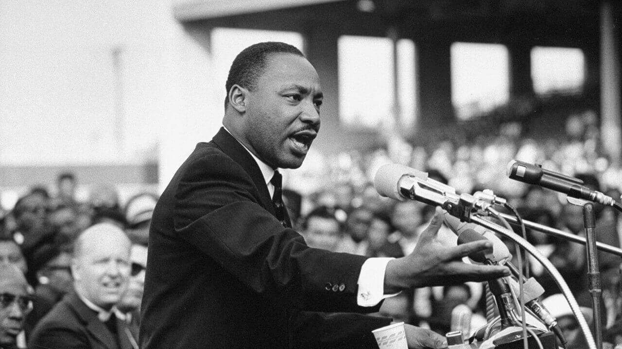 Martin Luther King parla al microfono durante il discorso pubblico del 28 Agosto 1963