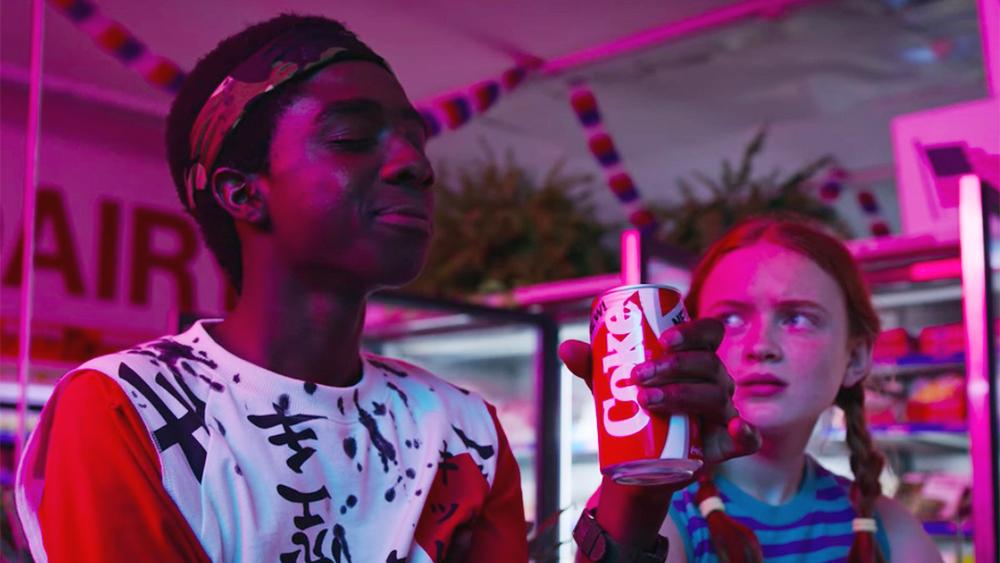 """Un personaggio di Stanger Things (Lucas) beve una Coca-Cola ed è soddisfatto del sapore della """"New Coke"""". Fonte: Marketing Ignorante"""