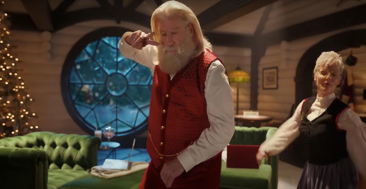 Il legame tra pubblicità e cinema è mostrato dallo spot di Capital One che cita il film Pulp Fiction. L'attore Travolta, vestito da Babbo Natale, fa il ballo di una scena tipica del film. Fonte: Marketing Ignorante