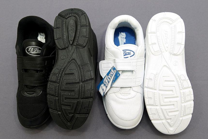 Modello di scarpe Bata, bianche e nere, che raffigurano la suola incriminata perchè richiama i caratteri arabi della parola