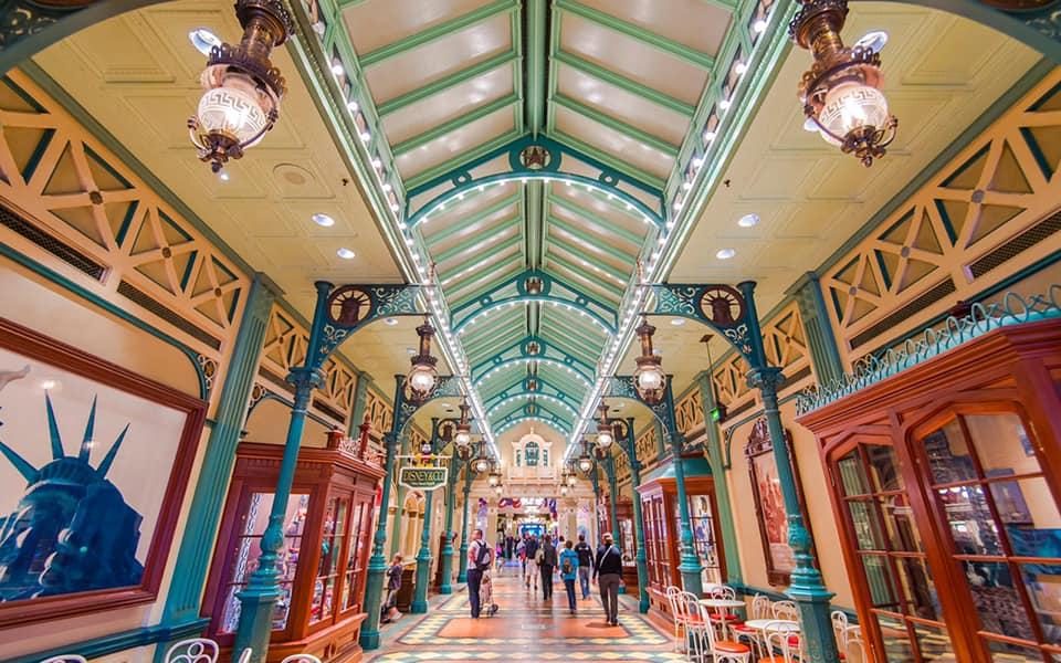 The Liberty Arcade a è un'area di passaggio di Disneyland Paris che ricorda i tipici passages parigini.Molto illuminata, è ricca di colori come il rosso, l'azzurro, il giallo e il verde.