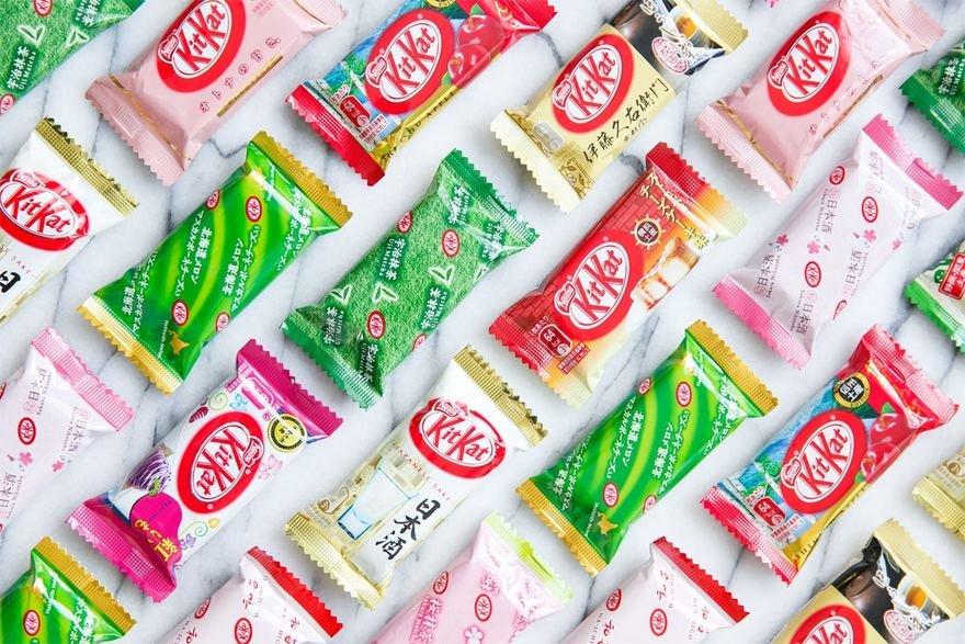 Kit Kat giapponesi in diverse varianti, e con confezioni bianche, verdi, rosse e rosa.