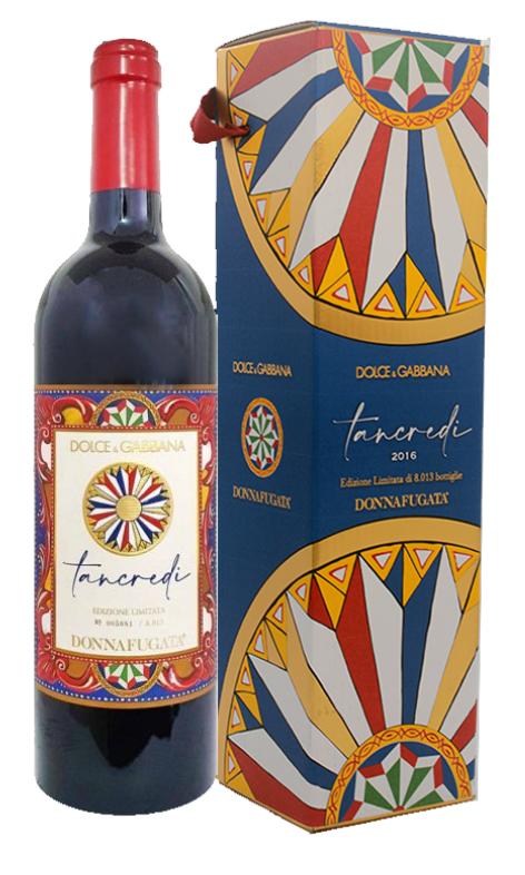 Bottiglia e scatola tancredi donnafugata targata Dolce&Gabbana. Richiama nei colori la Sicilia con figure geometriche nei toni del giallo, rosso, blu scuro e rosso.