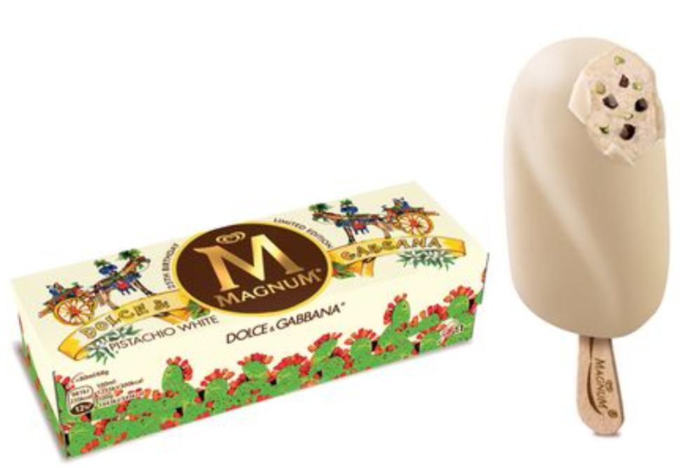 Edizione limitata magnum al cioccolato bianco, pepite di fondente e granella di pistacchio taragata Dolce&Gabbana. Il packaging richiama i carretti siciliani e i fichi d'india.
