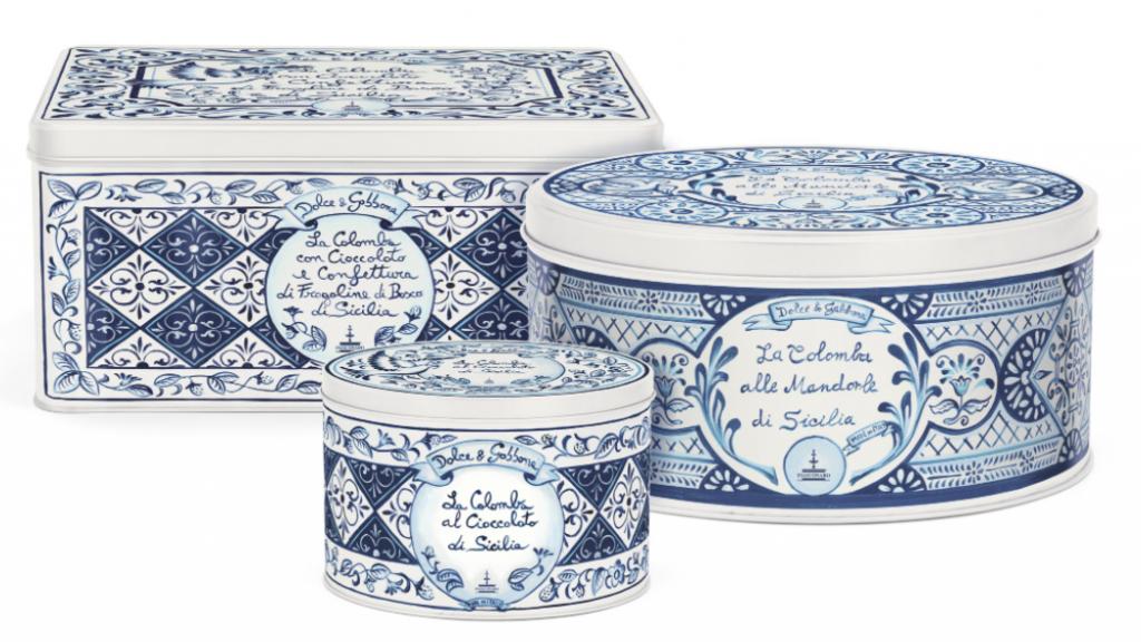 Contenitori in latta per colombe pasquali, con drappeggi, ricami e tagli bianchi e blu firmati Dolce&Gabbana.