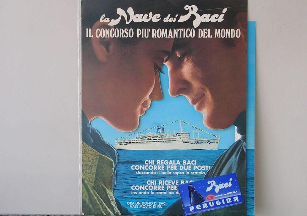 """Foto del concorso """"La Nave dei Baci"""" di Baci®, raffigurante il primo piano di un uomo e una donna, con la Nave dei Baci sullo sfondo"""