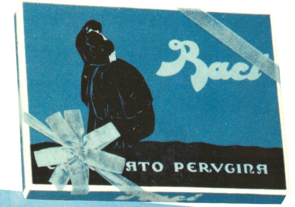 """Una delle prime scatole blu Baci® Perugina® con un'immagine ispirata a """"Il Bacio"""" di Hayez"""