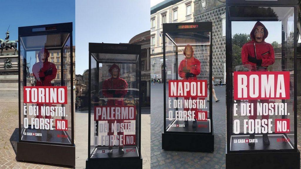 """Alcune città d'Italia delle teche di vetro aventi all'interno un pupazzo in tuta rossa sono state distribuite in varie città d'Italia da Netflix per promuovere """"La Casa di Carta"""""""