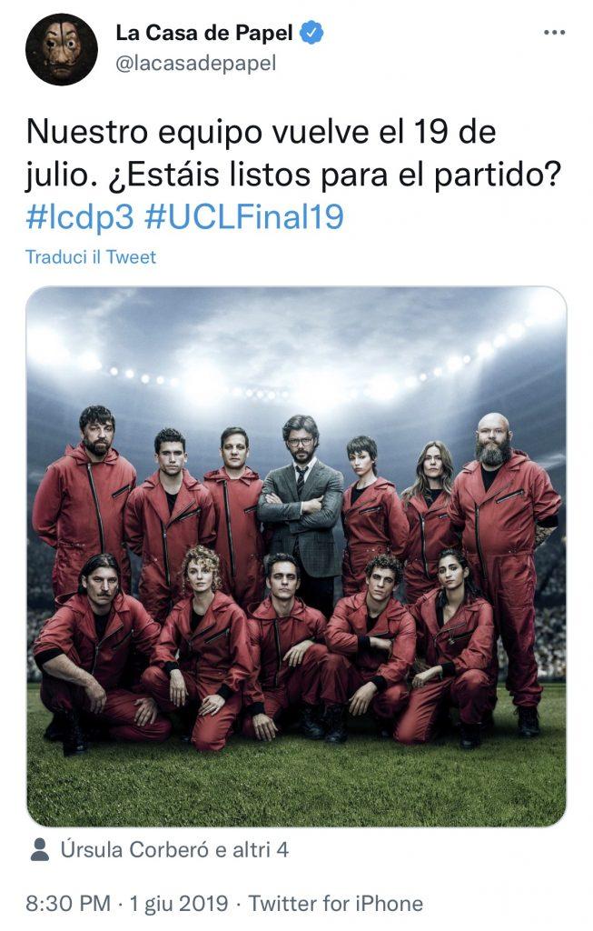 Il Professore e la sua banda in tuta rossa, in formazione sul campo di calcio per la Champions League 2019
