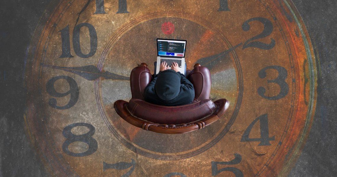 persona al seduta al centro di un orologio disegnato a terra